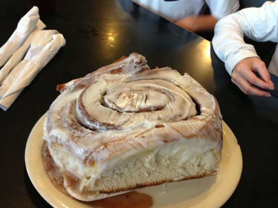 lulu-s-bakery-and-cafe cinnamon roll